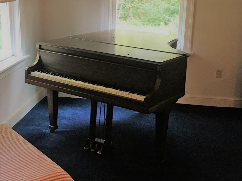 Free Baby Grand Piano Image 2
